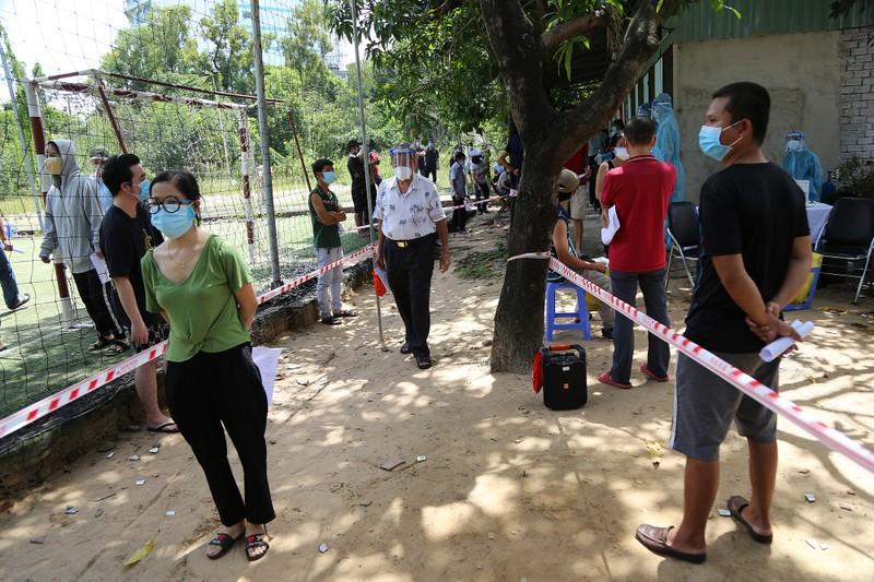 Người dân khu phong tỏa ở TP Thủ Đức mừng rỡ được tiêm vaccine phòng COVID - ảnh 2