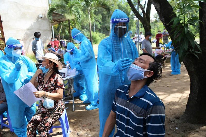 Người dân khu phong tỏa ở TP Thủ Đức mừng rỡ được tiêm vaccine phòng COVID - ảnh 3