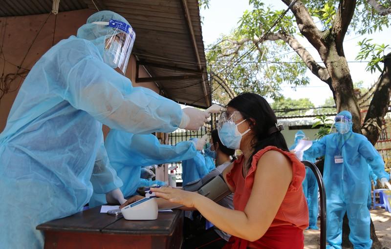 Người dân khu phong tỏa ở TP Thủ Đức mừng rỡ được tiêm vaccine phòng COVID - ảnh 4