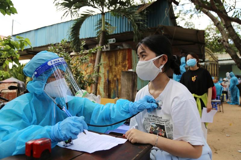 Người dân khu phong tỏa ở TP Thủ Đức mừng rỡ được tiêm vaccine phòng COVID - ảnh 5