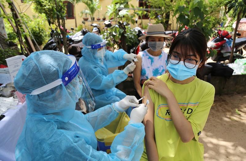 Người dân khu phong tỏa ở TP Thủ Đức mừng rỡ được tiêm vaccine phòng COVID - ảnh 6
