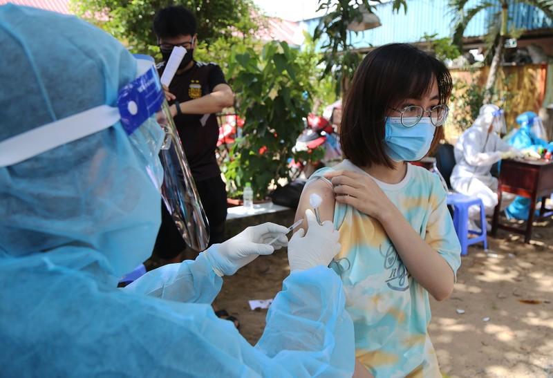 Người dân khu phong tỏa ở TP Thủ Đức mừng rỡ được tiêm vaccine phòng COVID - ảnh 7