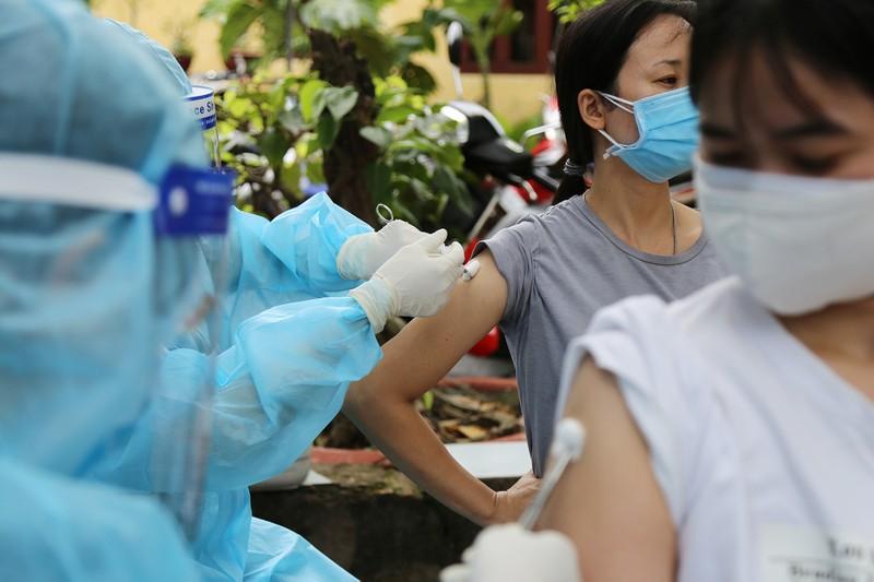 Người dân khu phong tỏa ở TP Thủ Đức mừng rỡ được tiêm vaccine phòng COVID - ảnh 9