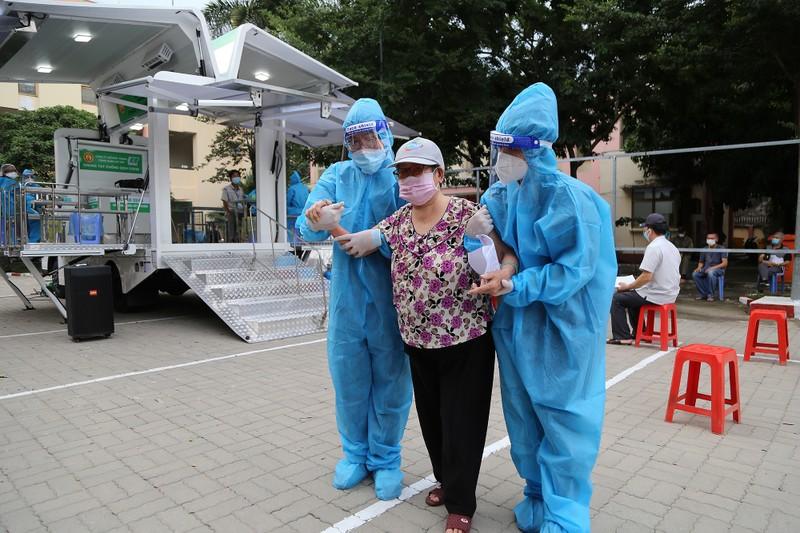 Độc đáo xe tiêm chủng vaccine lưu động cho người cao tuổi ở TP.HCM - ảnh 13