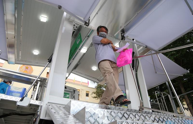 Độc đáo xe tiêm chủng vaccine lưu động cho người cao tuổi ở TP.HCM - ảnh 14