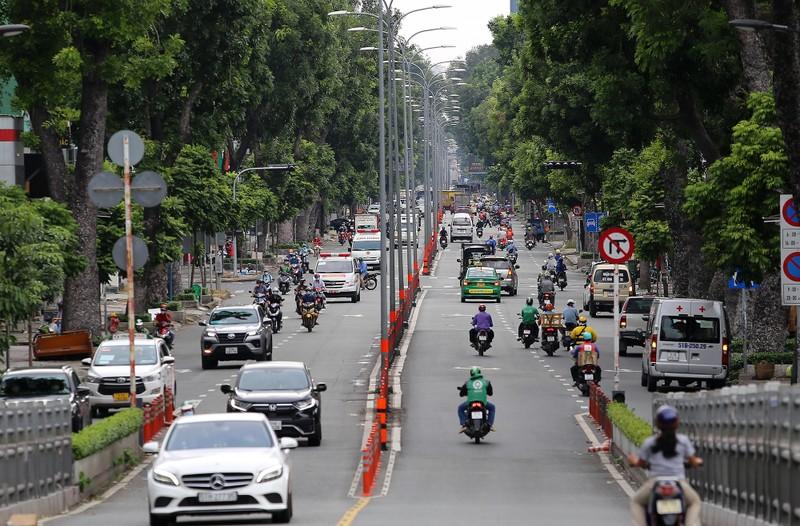 Đường phố TP.HCM đông đúc khi hàng ngàn shipper hoạt động trở lại - ảnh 5