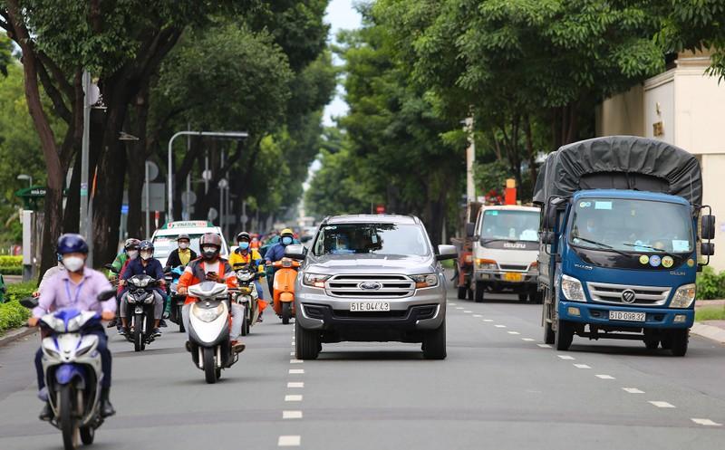 Đường phố TP.HCM đông đúc khi hàng ngàn shipper hoạt động trở lại - ảnh 8