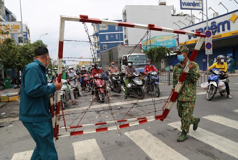 Cận cảnh: Đang tháo dỡ rào chắn nhiều tuyến đường ở TP.HCM - ảnh 20