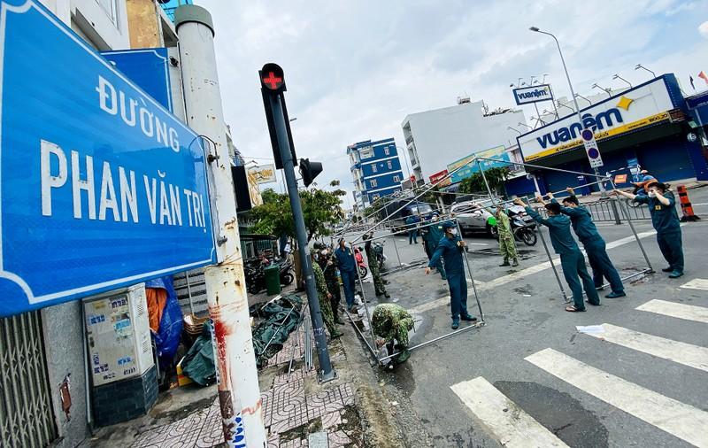 Cận cảnh: Đang tháo dỡ rào chắn nhiều tuyến đường ở TP.HCM - ảnh 12