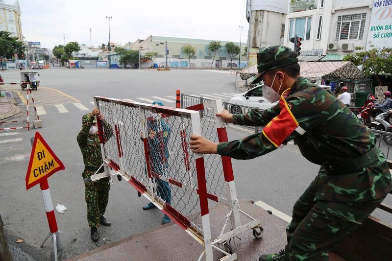 Cận cảnh: Đang tháo dỡ rào chắn nhiều tuyến đường ở TP.HCM - ảnh 14