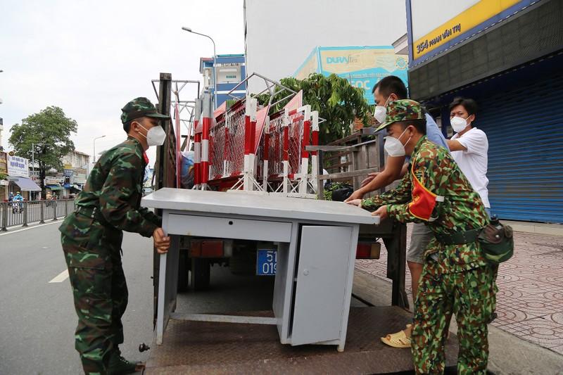 Cận cảnh: Đang tháo dỡ rào chắn nhiều tuyến đường ở TP.HCM - ảnh 16