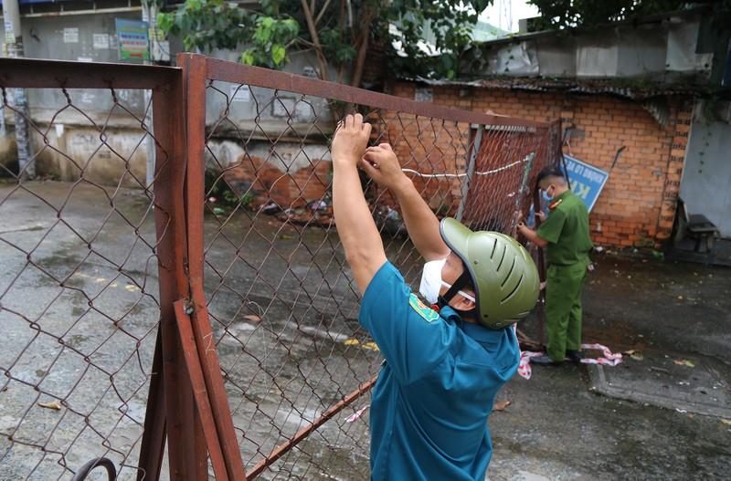 Cận cảnh: Đang tháo dỡ rào chắn nhiều tuyến đường ở TP.HCM - ảnh 5