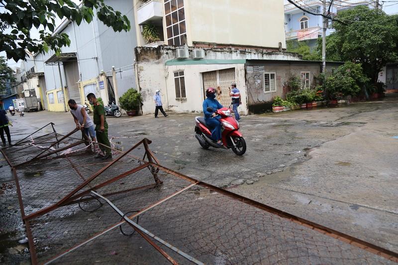 Cận cảnh: Đang tháo dỡ rào chắn nhiều tuyến đường ở TP.HCM - ảnh 8