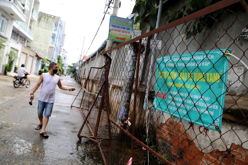 Cận cảnh: Đang tháo dỡ rào chắn nhiều tuyến đường ở TP.HCM - ảnh 11
