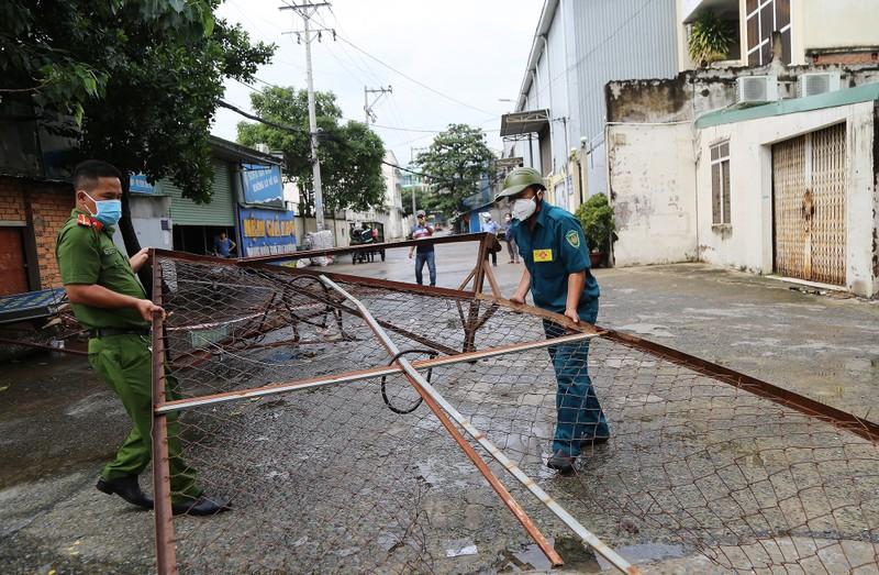 Cận cảnh: Đang tháo dỡ rào chắn nhiều tuyến đường ở TP.HCM - ảnh 1