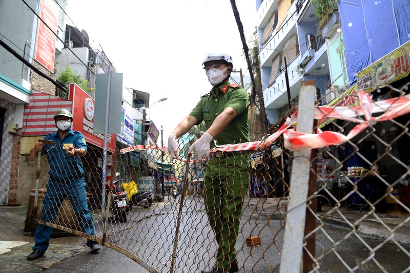 Cận cảnh: Đang tháo dỡ rào chắn nhiều tuyến đường ở TP.HCM - ảnh 2