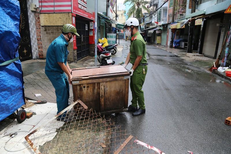 Cận cảnh: Đang tháo dỡ rào chắn nhiều tuyến đường ở TP.HCM - ảnh 4