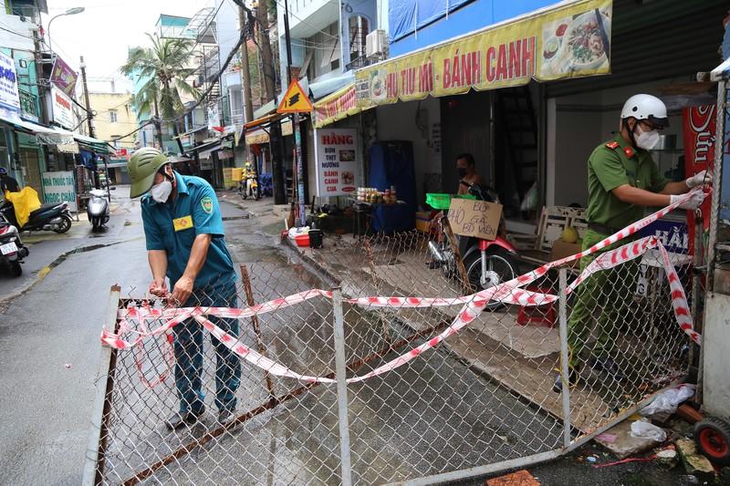 Cận cảnh: Đang tháo dỡ rào chắn nhiều tuyến đường ở TP.HCM - ảnh 9