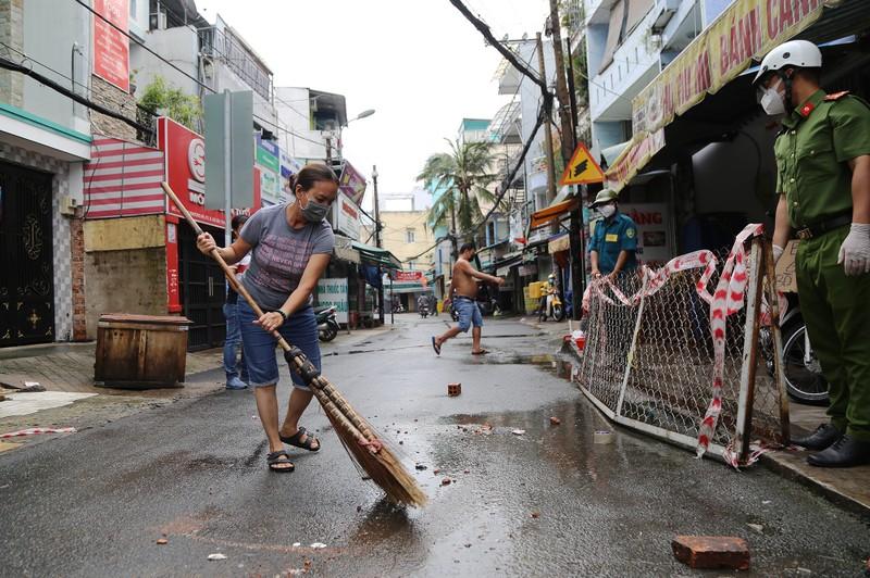 Cận cảnh: Đang tháo dỡ rào chắn nhiều tuyến đường ở TP.HCM - ảnh 7