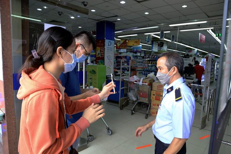 Chùm ảnh: Người dân TP.HCM hào hứng đi siêu thị bằng thẻ xanh COVID-19 - ảnh 1