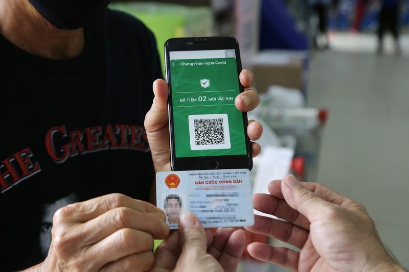 Chùm ảnh: Người dân TP.HCM hào hứng đi siêu thị bằng thẻ xanh COVID-19 - ảnh 2