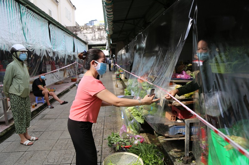 Cảnh mua bán ở chợ Bến Thành những ngày đầu hoạt động trở lại - ảnh 11