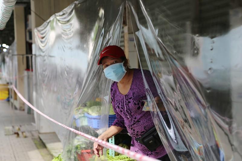 Cảnh mua bán ở chợ Bến Thành những ngày đầu hoạt động trở lại - ảnh 12