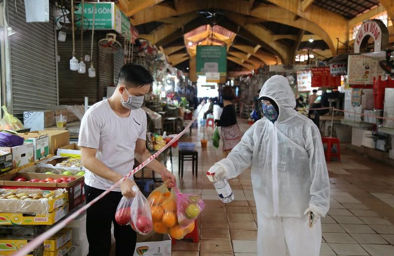 Cảnh mua bán ở chợ Bến Thành những ngày đầu hoạt động trở lại - ảnh 13