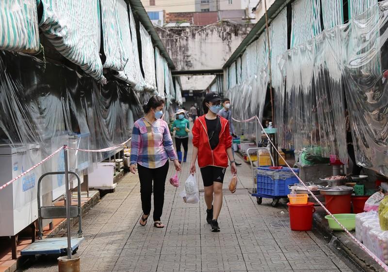 Cảnh mua bán ở chợ Bến Thành những ngày đầu hoạt động trở lại - ảnh 1
