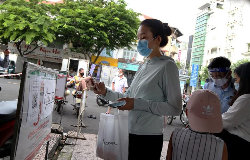 Cảnh mua bán ở chợ Bến Thành những ngày đầu hoạt động trở lại - ảnh 2
