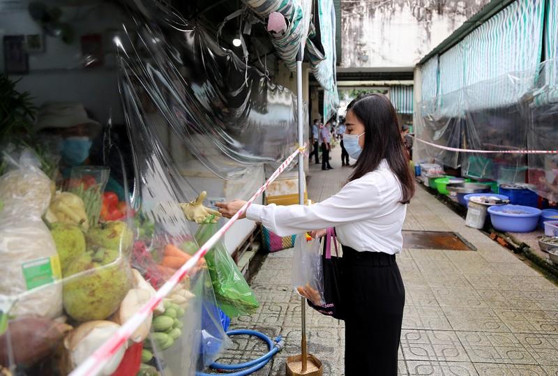 Cảnh mua bán ở chợ Bến Thành những ngày đầu hoạt động trở lại - ảnh 3
