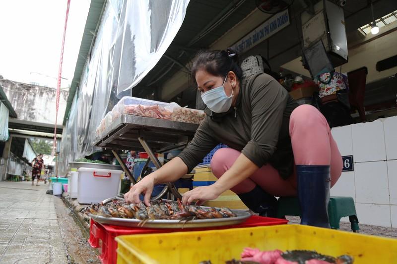 Cảnh mua bán ở chợ Bến Thành những ngày đầu hoạt động trở lại - ảnh 4