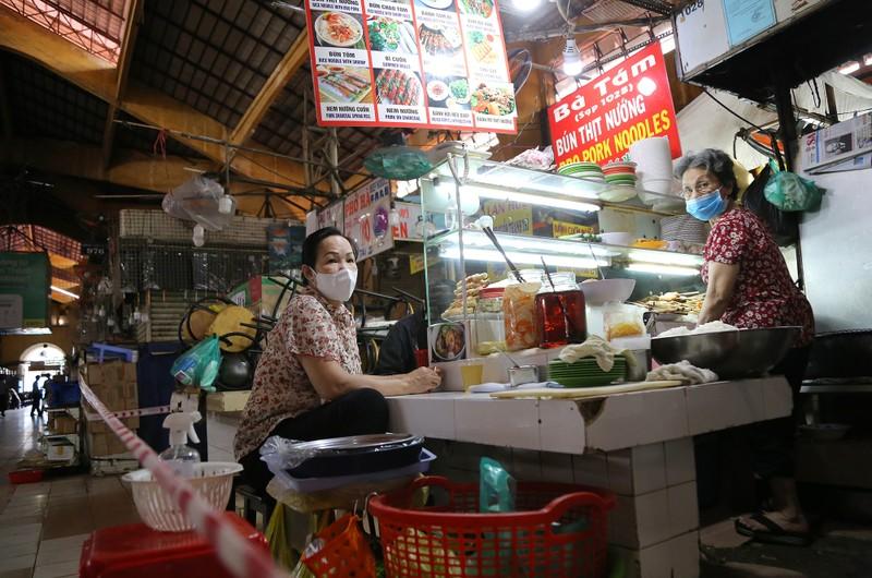 Cảnh mua bán ở chợ Bến Thành những ngày đầu hoạt động trở lại - ảnh 6