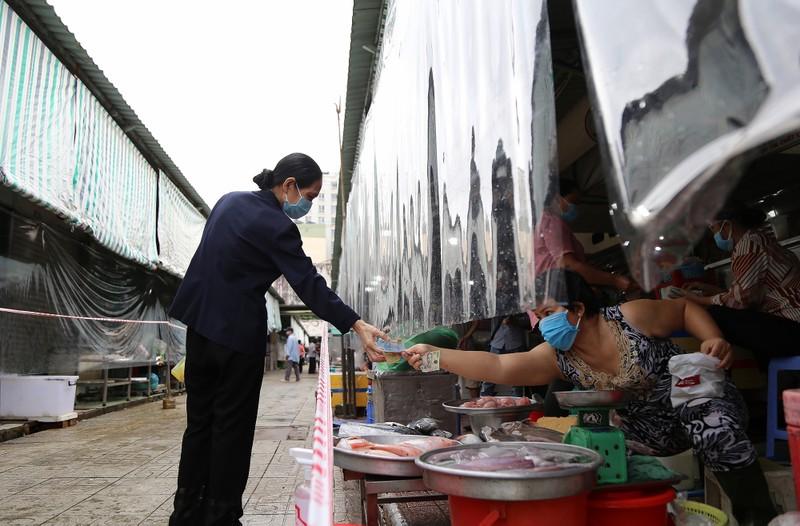 Cảnh mua bán ở chợ Bến Thành những ngày đầu hoạt động trở lại - ảnh 7