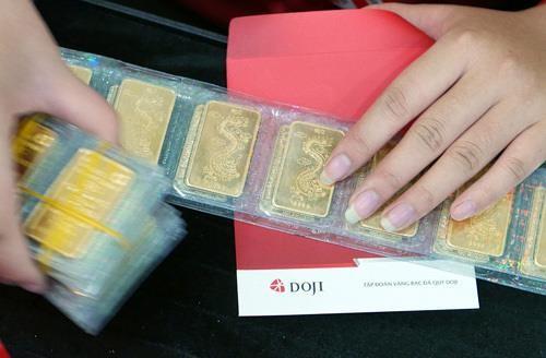 Chỉ một đêm, vàng bốc hơi 500.000 đồng/lượng - ảnh 1