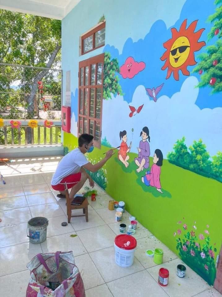 Thầy giáo biến bức tường cũ khu cách ly thành bích họa - ảnh 1