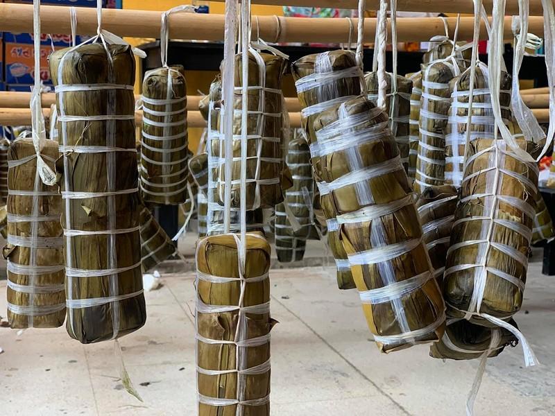 Người dân Vĩnh Long gói bánh tét gửi tặng người Sài Gòn ấm lòng mùa dịch - ảnh 1