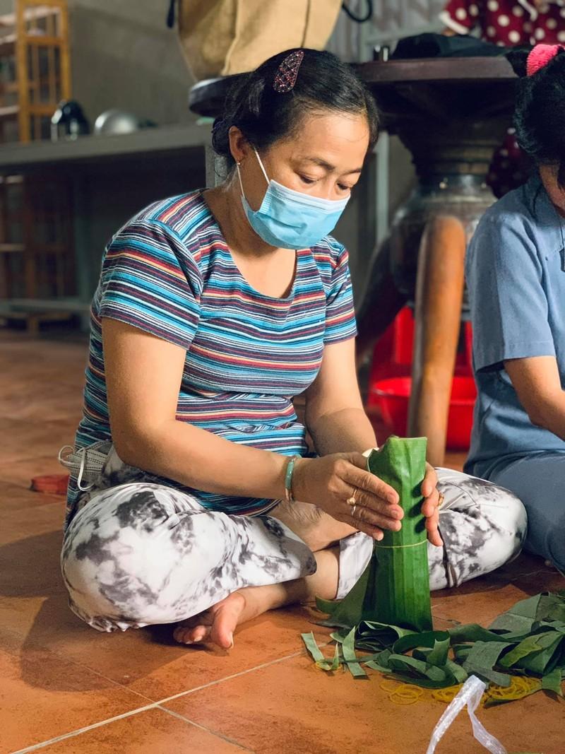 Người dân Vĩnh Long gói bánh tét gửi tặng người Sài Gòn ấm lòng mùa dịch - ảnh 2
