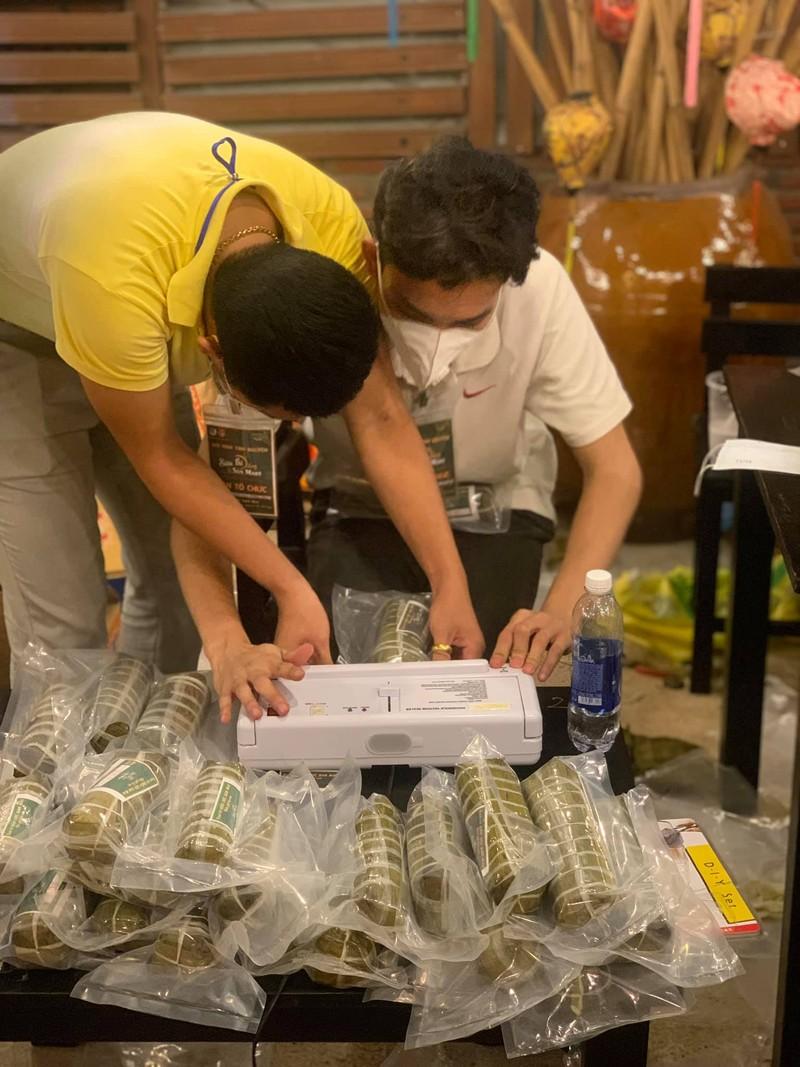 Người dân Vĩnh Long gói bánh tét gửi tặng người Sài Gòn ấm lòng mùa dịch - ảnh 3