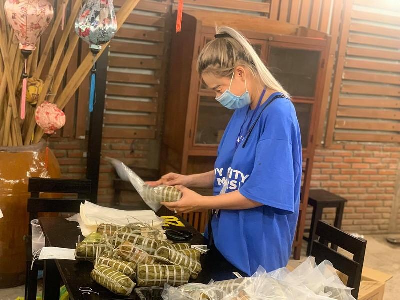 Người dân Vĩnh Long gói bánh tét gửi tặng người Sài Gòn ấm lòng mùa dịch - ảnh 4
