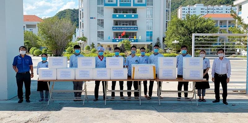 SV Cao đẳng Du lịch Nha Trang kho cá ngừ gửi tặng tuyến đầu chống dịch  - ảnh 1