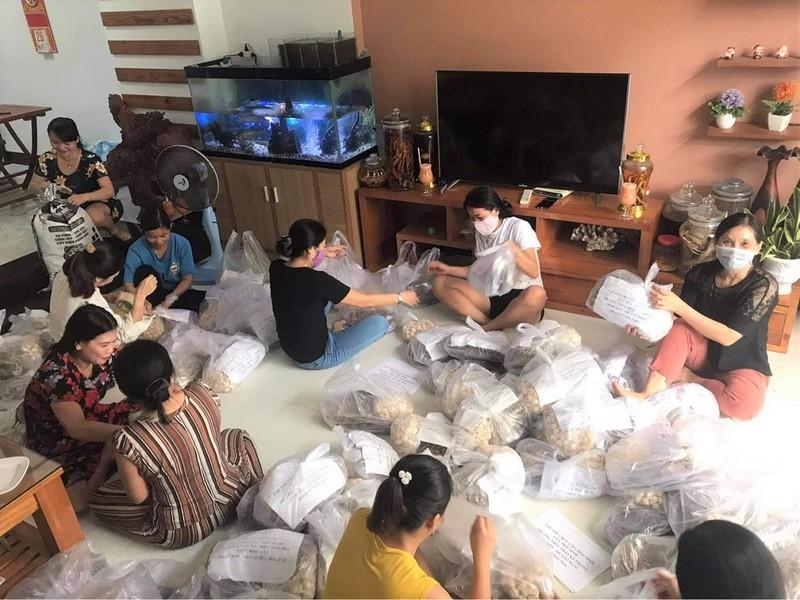 Quảng Ngãi: Giáo viên trường THPT Trần Kỳ Phong gói lương thực gửi vào miền Nam - ảnh 1