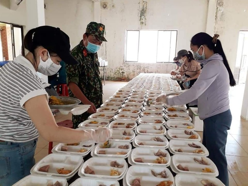 Quảng Ngãi: Giáo viên trường THPT Trần Kỳ Phong gói lương thực gửi vào miền Nam - ảnh 4
