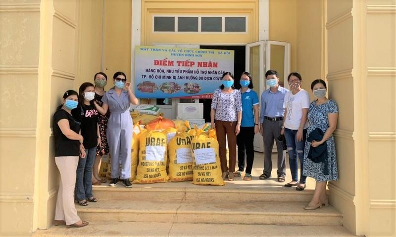 Quảng Ngãi: Giáo viên trường THPT Trần Kỳ Phong gói lương thực gửi vào miền Nam - ảnh 2