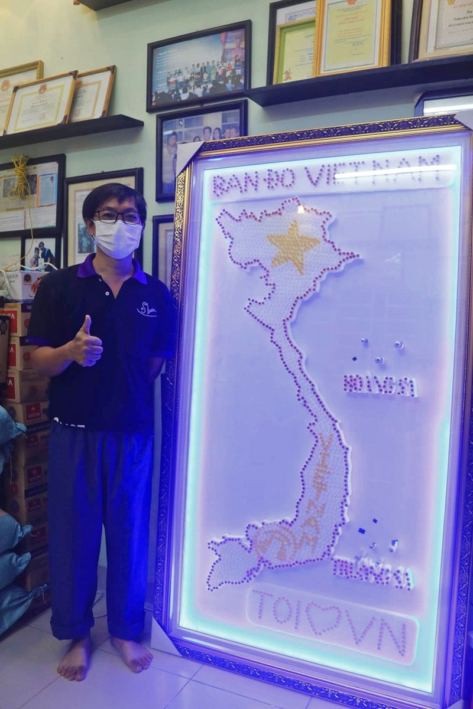 Bán đấu giá bản đồ Việt Nam làm từ 1500 nút test COVID-19  - ảnh 2
