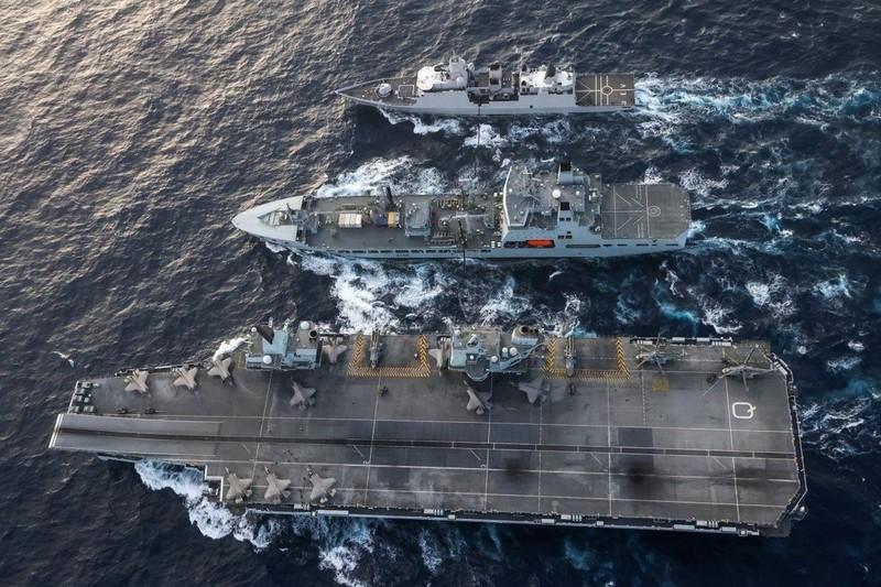 Nhóm tác chiến tàu sân bay Anh 'né' các đảo nhân tạo của TQ ở Biển Đông - ảnh 1