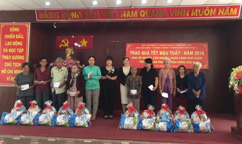 Đại biểu Quốc hội tặng quà tết ở quận 6 và Bình Tân  - ảnh 1