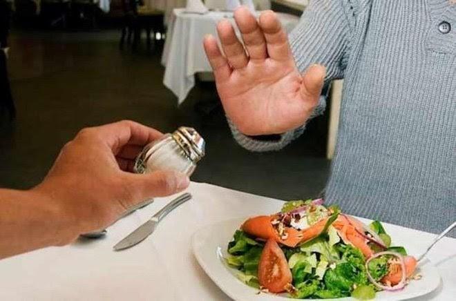 Cách giảm bớt ăn quá mặn để bảo vệ sức khỏe - ảnh 2