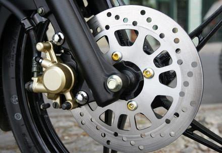 Tại sao trên phanh đĩa xe máy có nhiều lỗ nhỏ? - ảnh 3