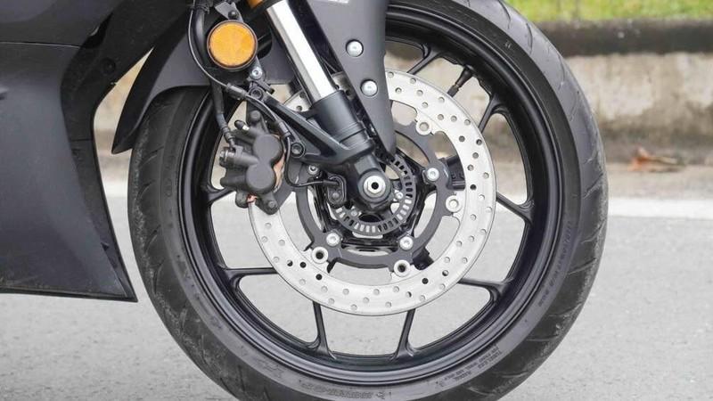 Tại sao trên phanh đĩa xe máy có nhiều lỗ nhỏ? - ảnh 1